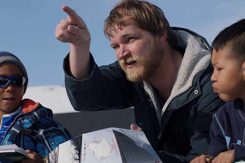 Anders joue son propre rôle, celui d'un instituteur débutant envoyé dans un village du Groenland.