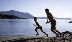 Veiller sur vos enfants vous épuise? C'est la faute de vos muscles. Shutterstock
