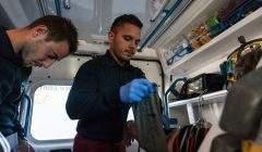 Deux ambulanciers prennent la tension d'une patiente dans leur véhicule. Ils interviennent sur demande du centre de régulation 15. GUERCHE Bastien pour Assistance Ambulance , CC BY-NC-ND