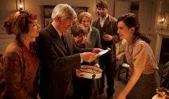 Juliet, la romancière londonienne (Lily James), va devoir goûter la fameuse tourte aux épluchures de patates.