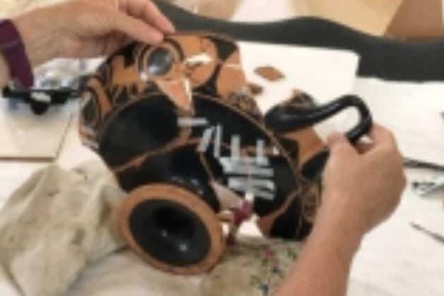 Restauration de céramiques grecques : ici, une coupe à figures rouges de la fin du VIe - début du Ve siècle avant notre ère, par deux restauratrices agrées pour travailler sur les collections des musées de France, 2018. (U.L.)