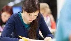 """A partir de 2021, les candidats au bac devraient valider une partie de l'examen au fil de l'année de terminale, en """"contrôle continu"""". Shutterstock.com/lightpoet"""