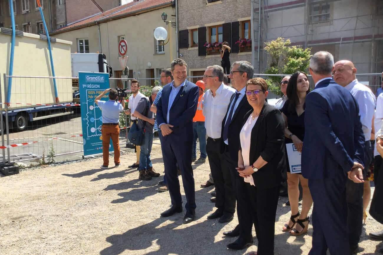 De nombreux élus assistent à la pose du premier nœud de raccordement,t optique de Pont-à-mousson (photo Région Grand Est)