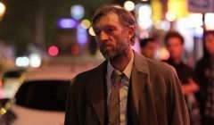 Vincent Cassel incarne une sorte de Columbo crade et alcoolo.