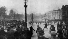 Cavaliers de la garde républicaine mobile contre émeutiers sur la place de la Concorde le 7 février 1934. Des groupes de droite, des associations d'anciens combattants et des ligues d'extrême droite protestent contre le limogeage du préfet de police Jean Chiappe à la suite de l'affaire Stavisky. L'Ouest-Éclair/Wikipedia