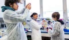 Apprentis Chercheurs dans les laboratoires de recherche de l'Ecole polytechnique. Ecole polytechnique / Flickr, CC BY-SA