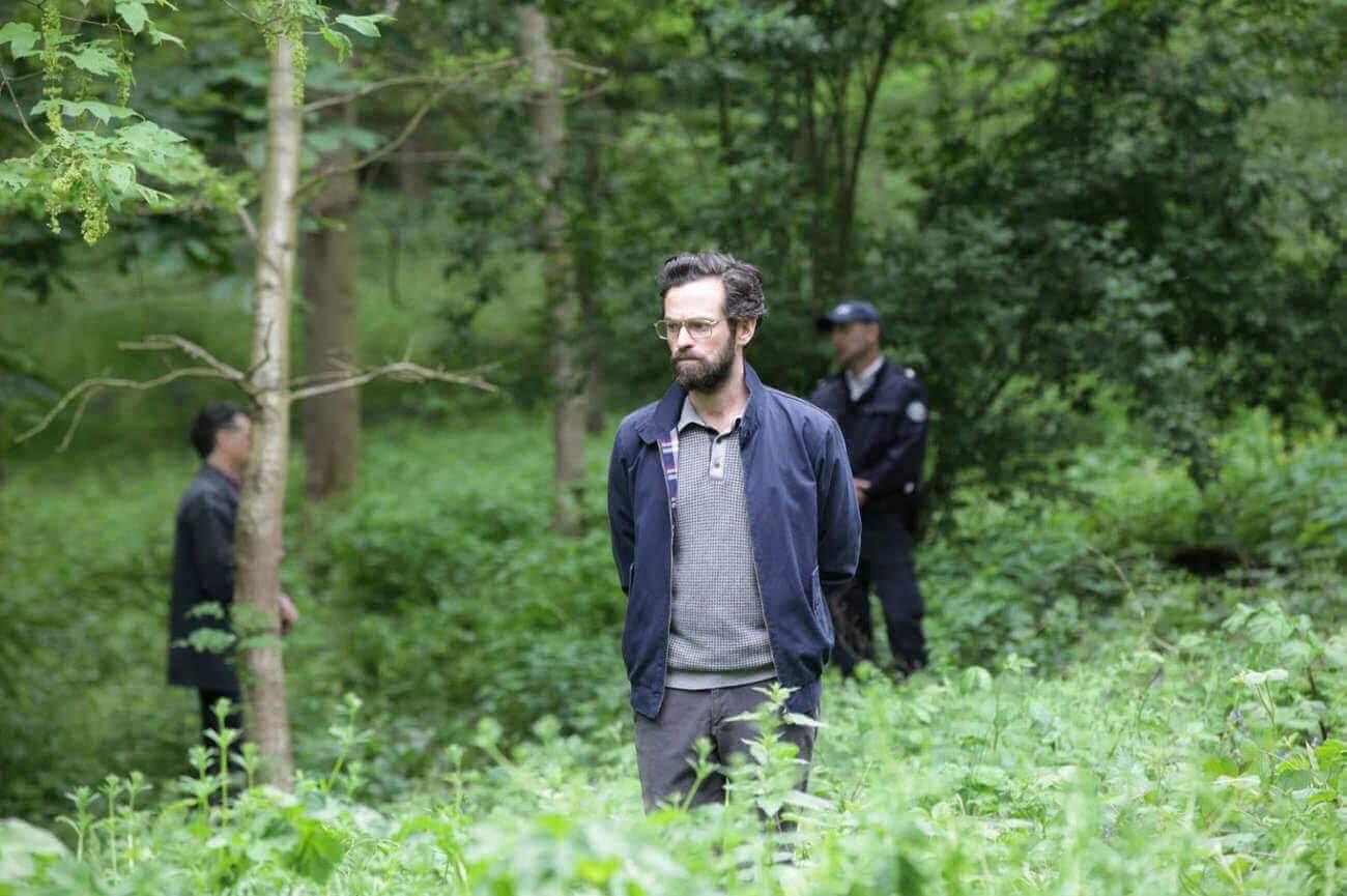 Et Romain Duris joue un personnage coincé et étriqué, petit prof et écrivain raté