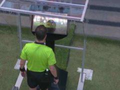 Capture d'écran: l'arbitre découvre les images du VAR lors du match France-Australie. Youtube