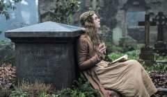 Adossée à la tombe de sa mère, la jeune Mary écrit des poèmes et des histoires de revenants