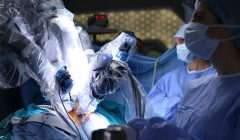Opération chirurgicale réalisée sur un patient avec le système robotisé Da Vinci. Shutterstock