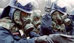 Les forces de l'ordre en pleine intervention le 20 mars 1995 après l'attaque au gaz sarin dans le métro de Tokyo. NBC News