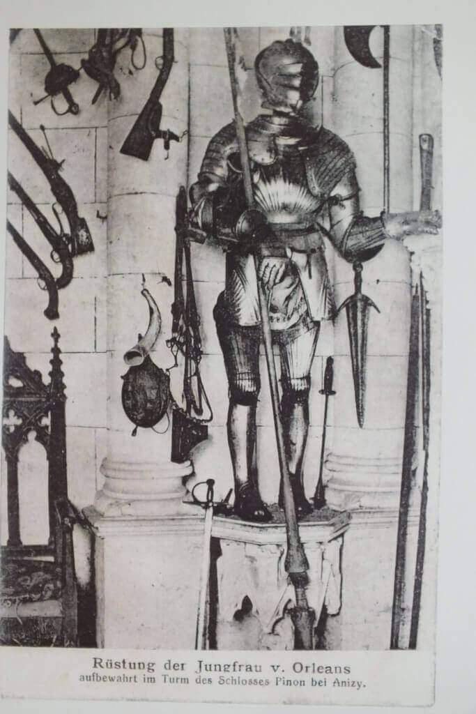 L'armure de Jeanne d'Arc conservée au château de Pinon, dans l'Aisne, entièrement détruit pendant la guerre de 1914-18 (DR)