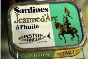 Jeanne sur les boites de sardines (collection personnelle de Roland Nex)