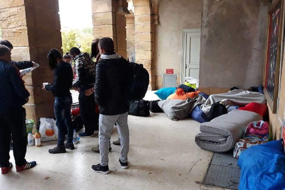 Des migrants ont trouvé refuge sous arcades de la place de la Comédie à Metz (Photo Collectif mosellan de lutte contre la misère)
