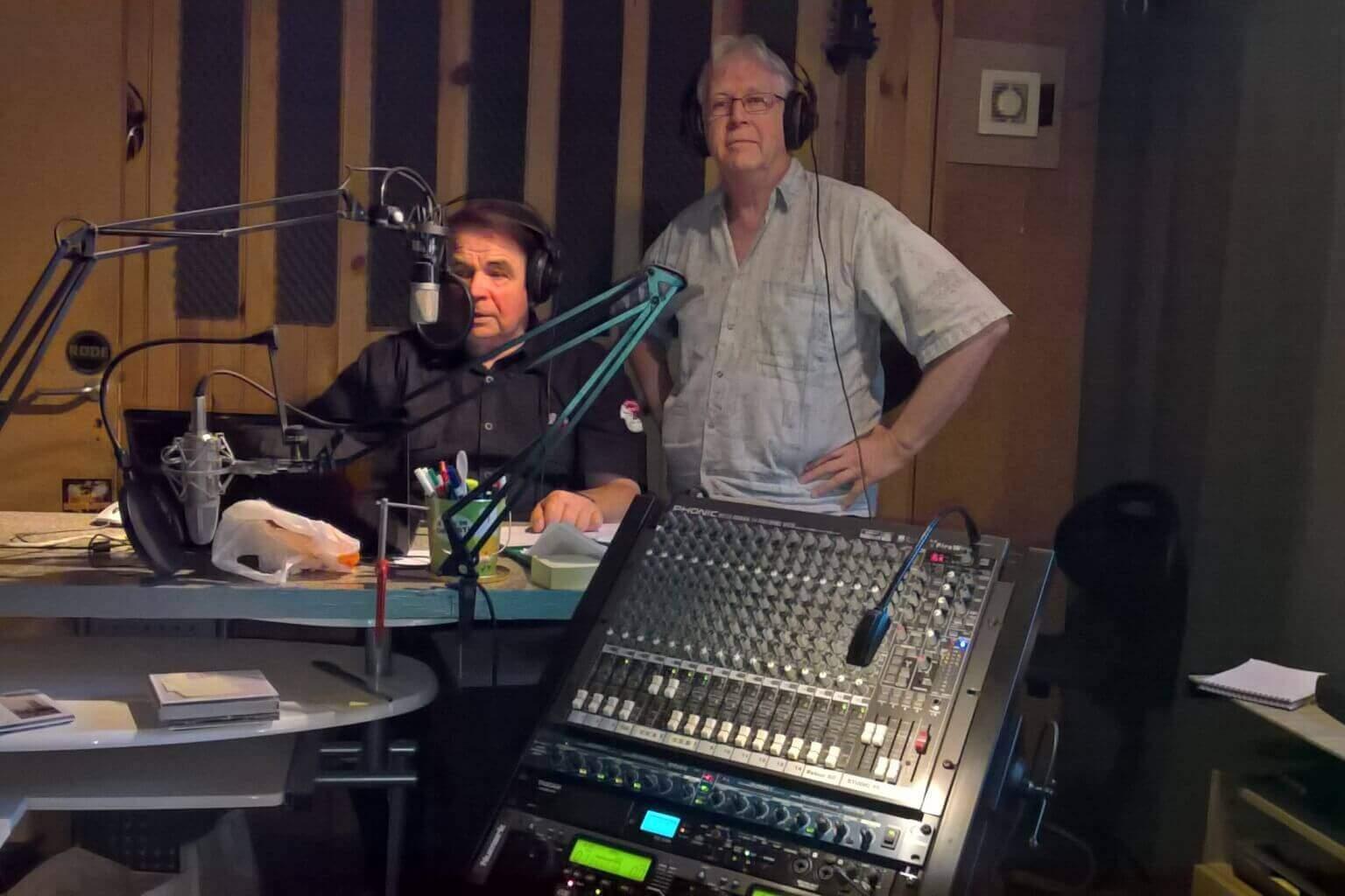 Claude Fourcaulx (debout) et Jean-Jacques Janot aux manettes (DR)