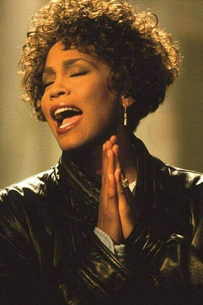 Grâce à une voix superbe, Whitney Houston est devenue une star dans les années 80.