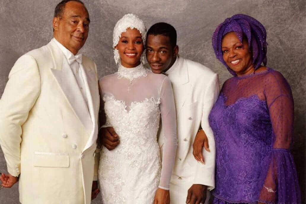 Whitney, ses parents, et son mari le rappeur Bobby Brown, le jour des noces.