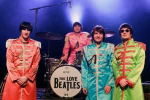 The Love Beatles en tenue d'époque (doc promo)