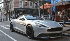 Aston Martin propose une gamme de véhicules dont les prix vont de 150 000 à plus de 2,2 millions d'euros. Benjamin Rousselot, CC BY-SA