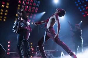 Gwilym Lee et Rami Malek, très crédibles dans leur interprétation de Freddie Mercury et du guitariste Brian May.