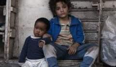 Zain est un gamin des rues de Beyrouth, qui va prendre soin d'un bébé, comme il peut