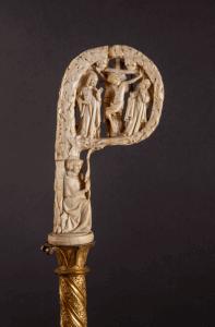 Crosse de Renaud de Bar, orfèvrerie, début du XIVe siècle, ivoire, cuivre doré ; crosseron 14,9 cm Crédit photographique : « Trésor de la cathédrale Saint-Étienne, Metz, cliché Laurianne Kieffer, musée de La Cour d'Or – Metz Métropole »