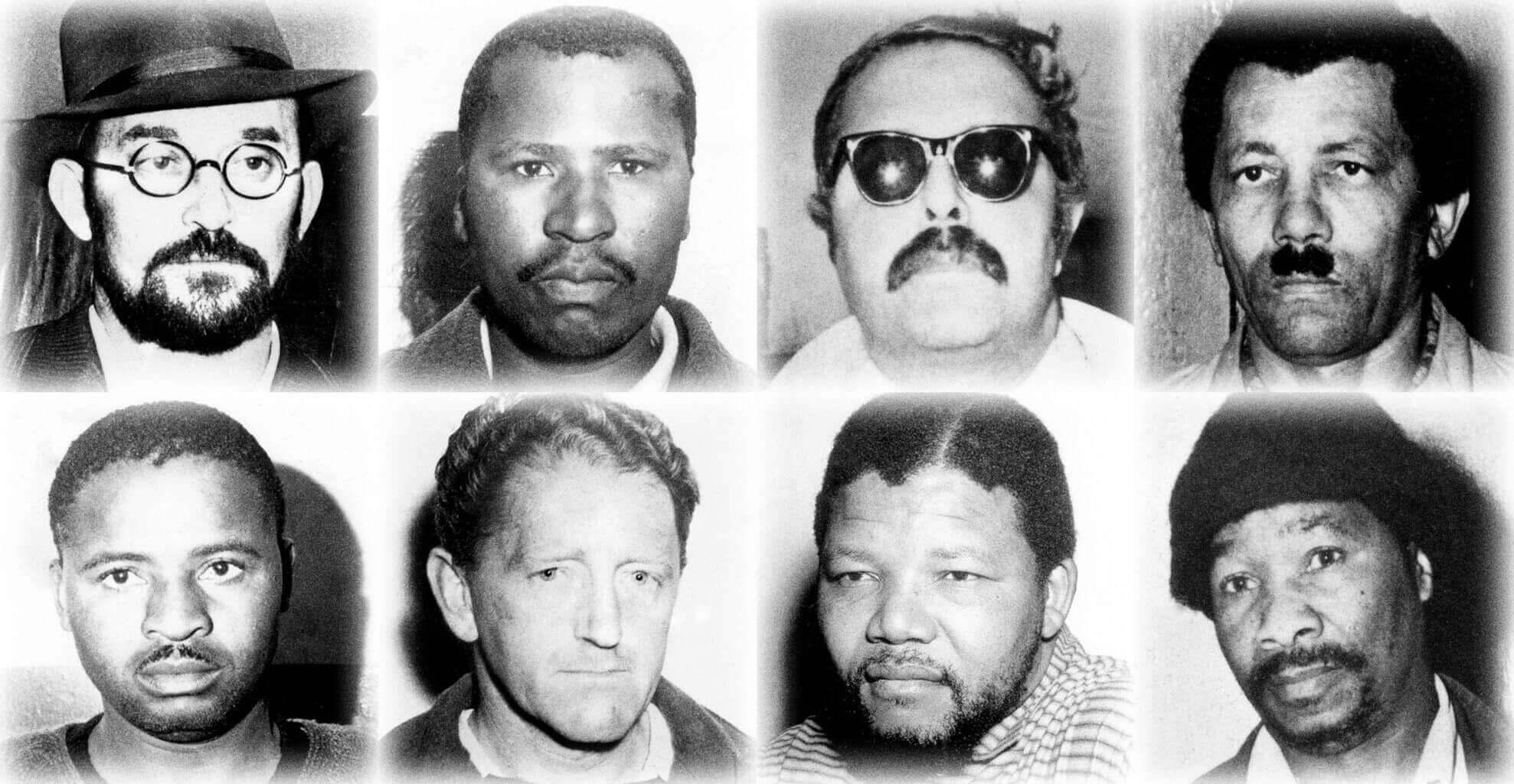 Les huit condamnés du procès de la ferme de Rivonia ; Nelson Mandela est en bas, le second en partant de la droite.