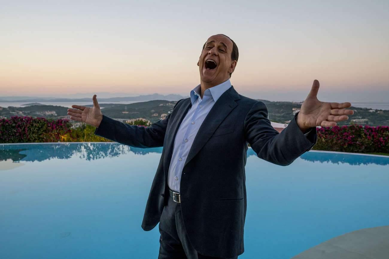 Cheveux, talonnettes, allure... l'acteur Toni Servillo a pris toute la panoplie de Berlusconi.