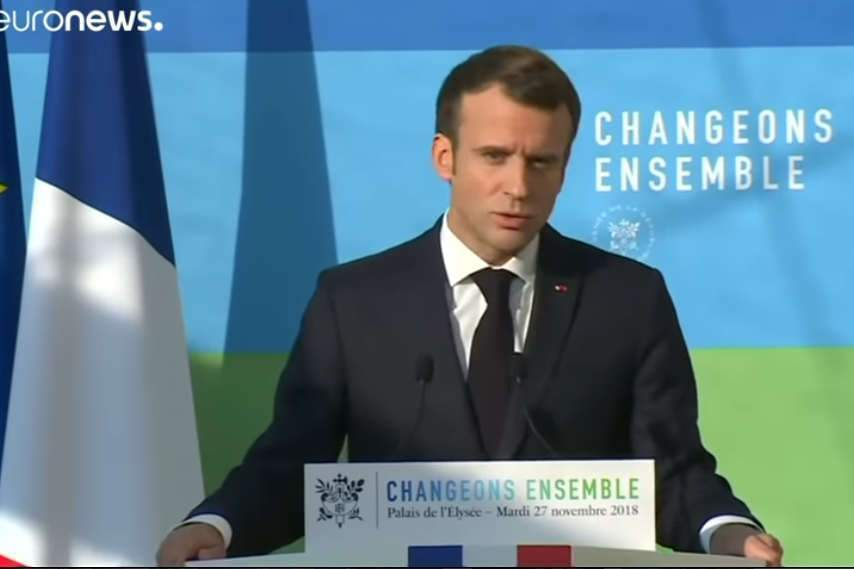 Macron : « changeons ensemble »