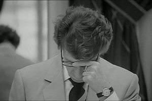 Assis à sa table de travail, Yves Saint Laurent apparaît tel un vieil homme malade, perdu ailleurs.