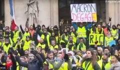 Les Gilets jaunes devant l'opéra (capture euronews)