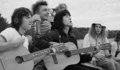 """Avec une image esthétique en noir-et-blanc, """"Leto"""" évoque l'histoire d'une jeunesse qui chante sa vie et ses douleurs."""