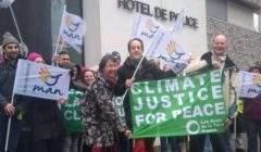 Florent Compain, président des Amis de la Terre, libéré de la GAV ce dimanche, devant l'hôtel de police de Nancy (photo Amis de la Terre)