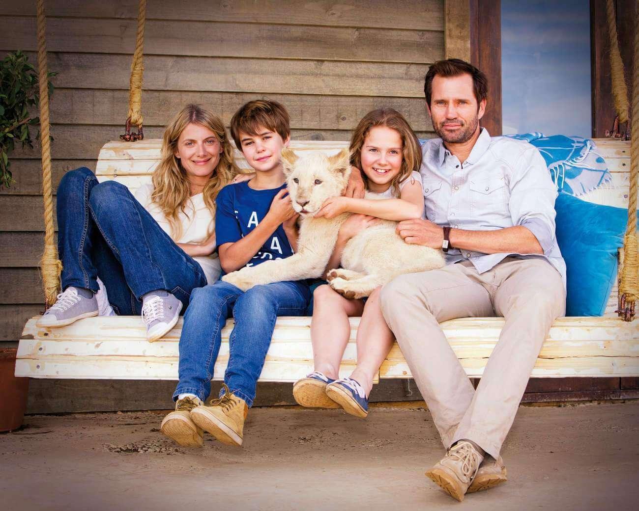 C'est un drôle de cadeau qui arrive dans la famille, le matin de Noël : un petit lionceau blanc.