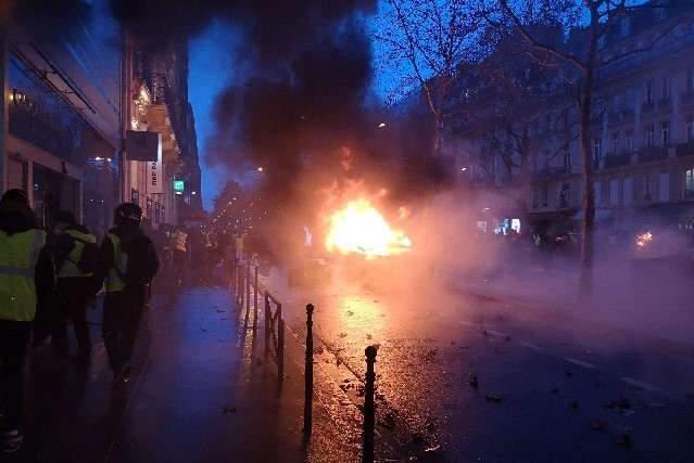 De nombreux véhicules brûlés à Paris ce 1er décembre 2018 (photo DR)