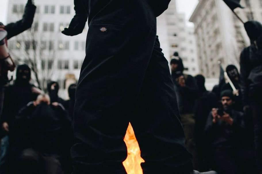 Cagoule noire sur gilet jaune : décrypter les violences durant les manifs