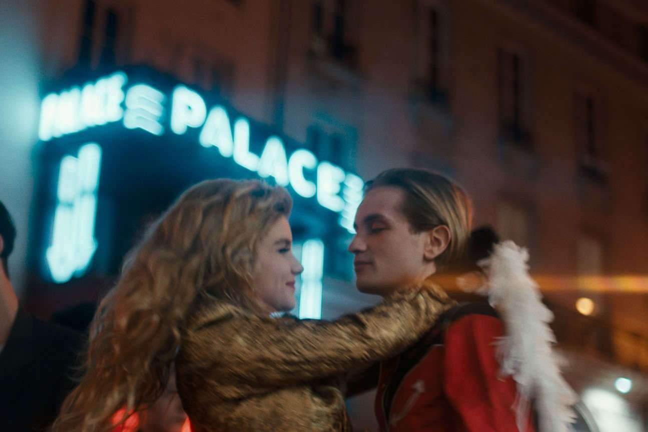 Galatéa Bellugi et Lukas Ionesco incarnent un jeune couple, qui faisait partie de « la bande des jeunes » du Palace dans les années 80.