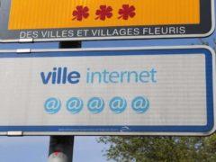 """Panneau """"Ville internet"""" (Rosny-sous-Bois, 2016). La présence de site internet dans les communes n'est pas systématique. Chabe01/Wikimedia, CC BY-SA"""