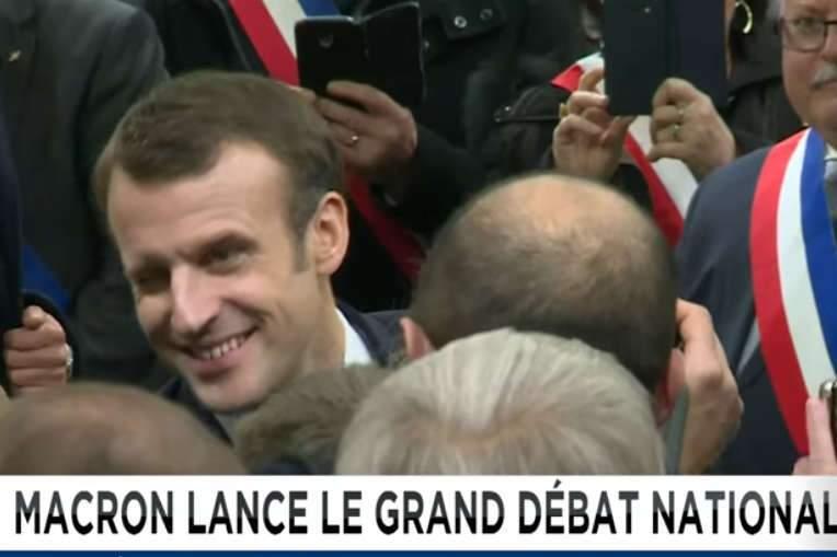 Emmanuel Macron devant les maires de Normandie (capture euronews)