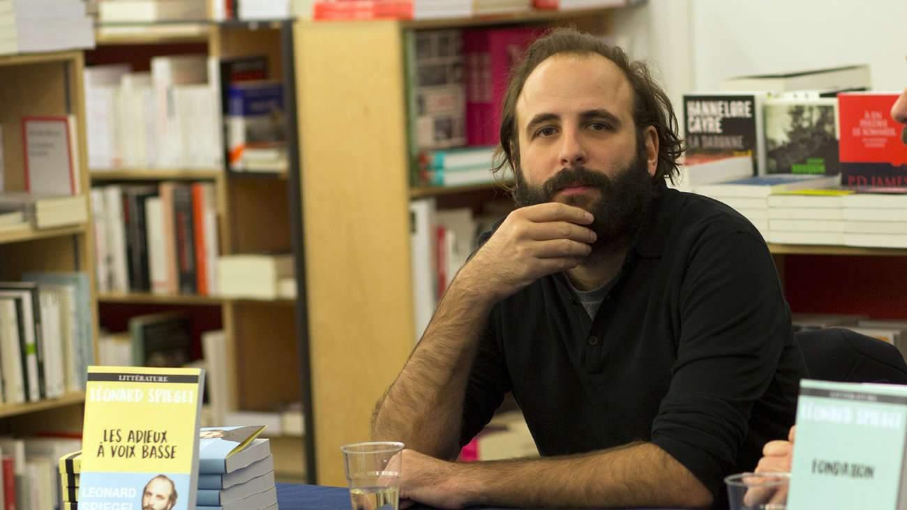 Vincent Macaigne joue un écrivain qui écrit des livres d'autofiction. « Même ceux qui écrivent des livres de science-fiction s'inspirent de leur propre expérience », estime Assayas.