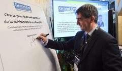 Jean Rottner signe la charte méthanisation au Salon de l'agriculture (photo Stadler, région)