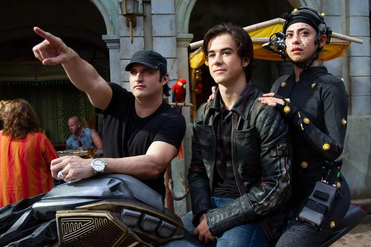 Le réalisateur Robert Rodriguez (à gauche) avec les comédiens Keean Johnson et Rosa Salazar, dont le corps est recouvert de capteurs.