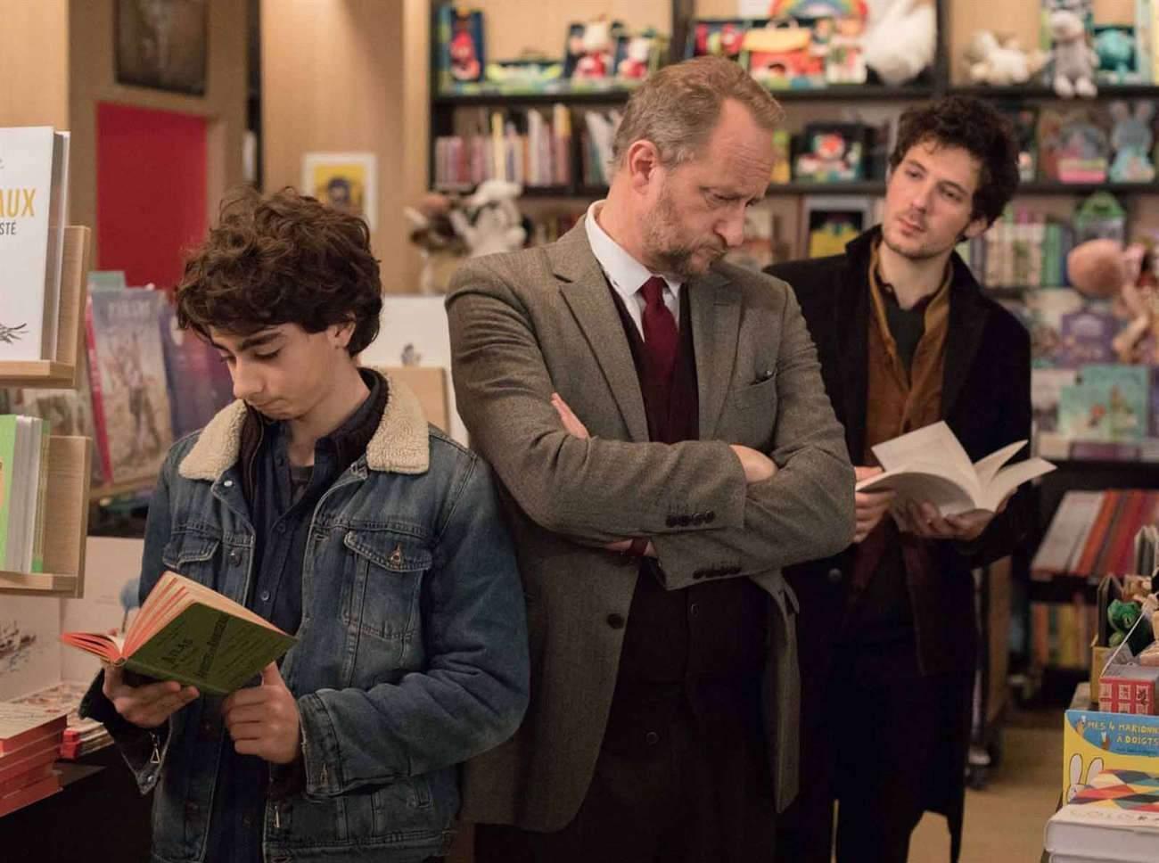 Mathieu Capella joue le jeune fils, Benoît Poelvoorde le père, et Vincent Lacoste le fils aîné, un trio d'hommes fragiles.