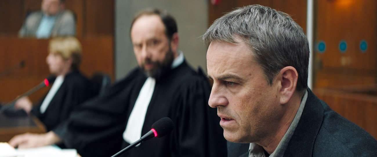C'est un accusé qui semble comme « absent à lui-même » et à son propre procès qu'incarne Laurent Lucas.