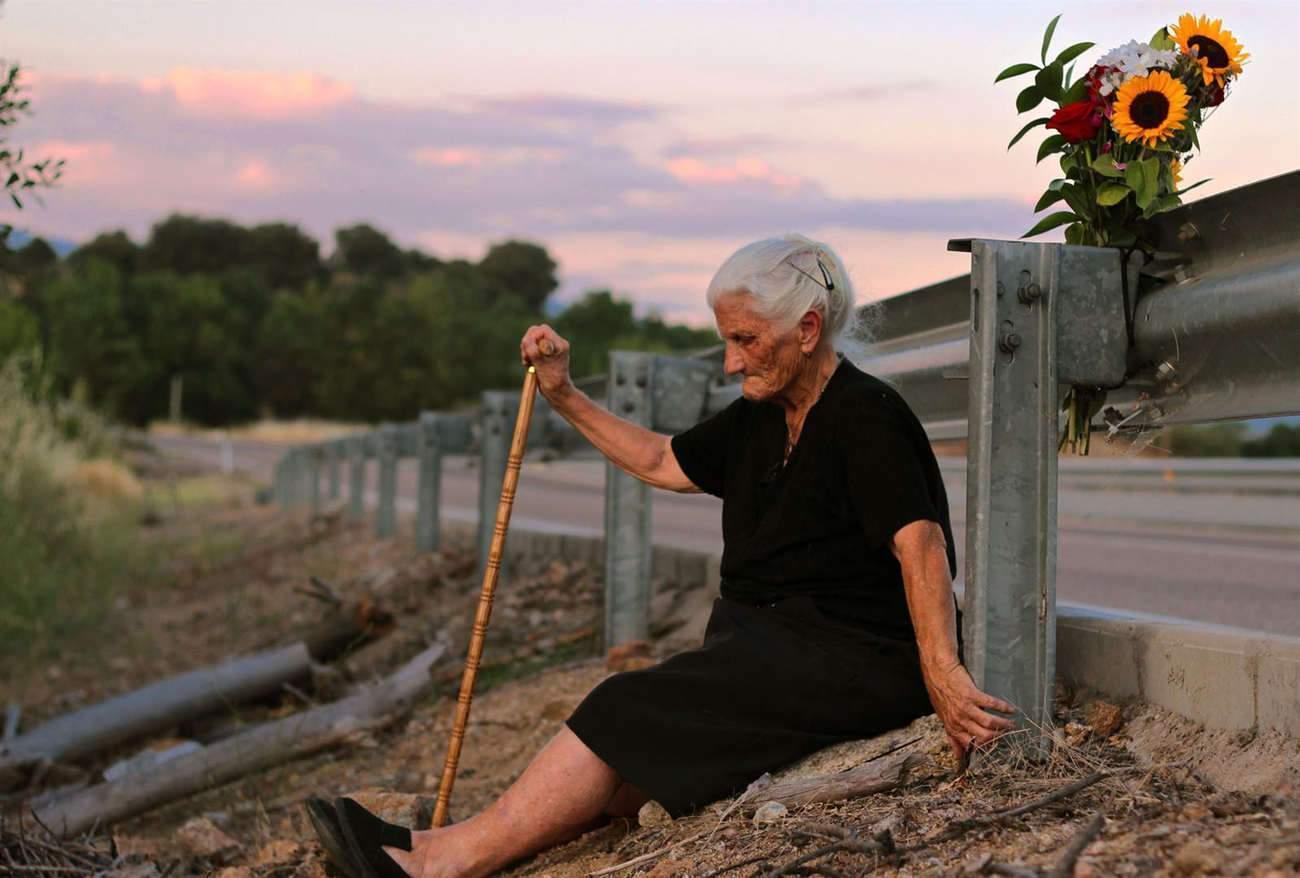 A chaque anniversaire, cette vieille Espagnole vient déposer un bouquet de fleurs pour sa mère, qui repose dans une fosse commune, là sous la route.