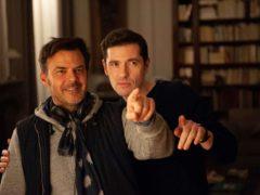 """François Ozon et Melvil Poupaud sur le tournage de """"Grâce à dieu""""."""