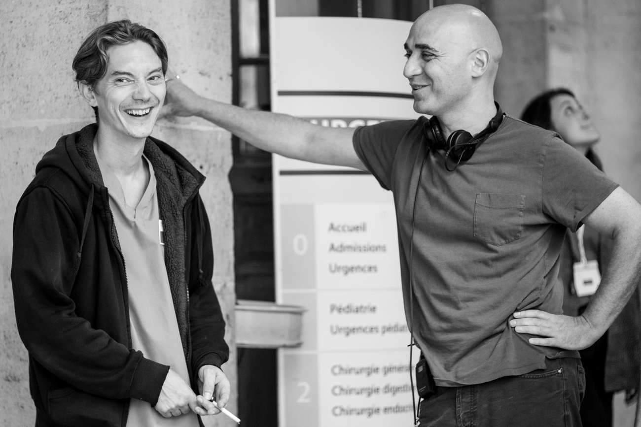 Sur le tournage de « Exfiltrés », l'acteur Swann Arlaud et le réalisateur Emmanuel Hamon : « C'est une histoire du monde réel, qui parle de la complexité du monde dans lequel on vit », dit le cinéaste.
