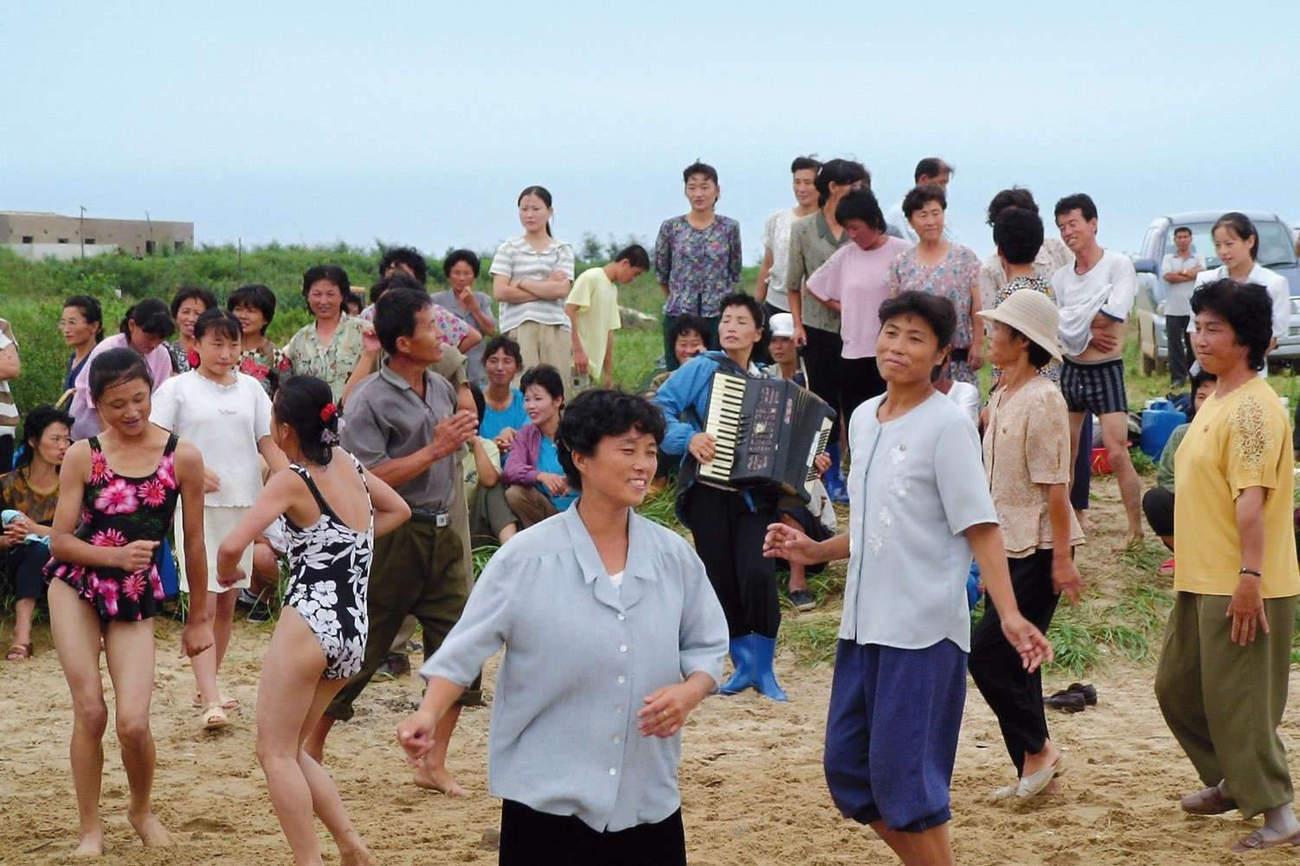 Jeunes filles dansant à la plage (photo C.Vautrin)