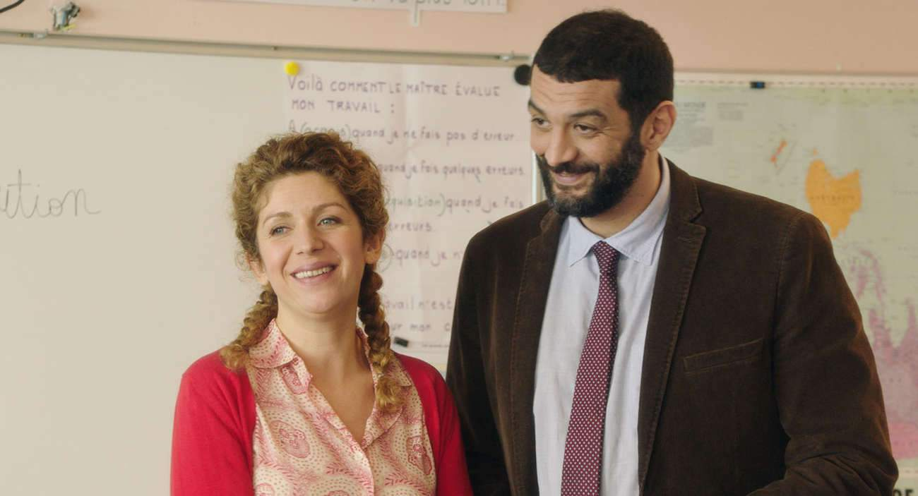 Baya Kasmi, également co-scénariste du film, joue une institutrice sans autorité, et Ramzy Bedia un directeur d'école réaliste.