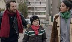 Edouard Baer et Leïla Bekhti jouent des parents, bobos de banlieue parisienne, qui s'inquiètent pour leur fiston.